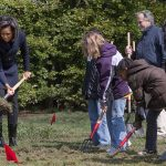 800px-Michelle_Obama_breaks_ground_on_White_House_Kitchen_Garden_3-20-09_1
