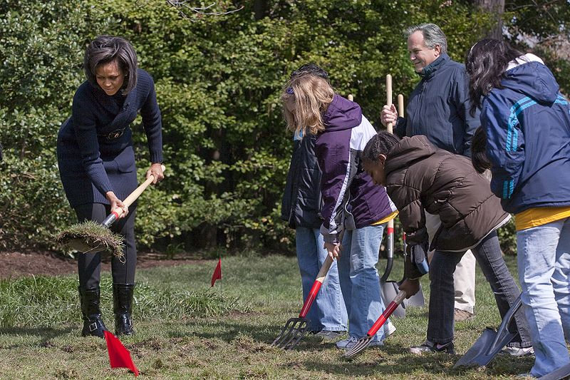 800px-Michelle_Obama_breaks_ground_on_White_House_Kitchen_Garden_3-20-09_1