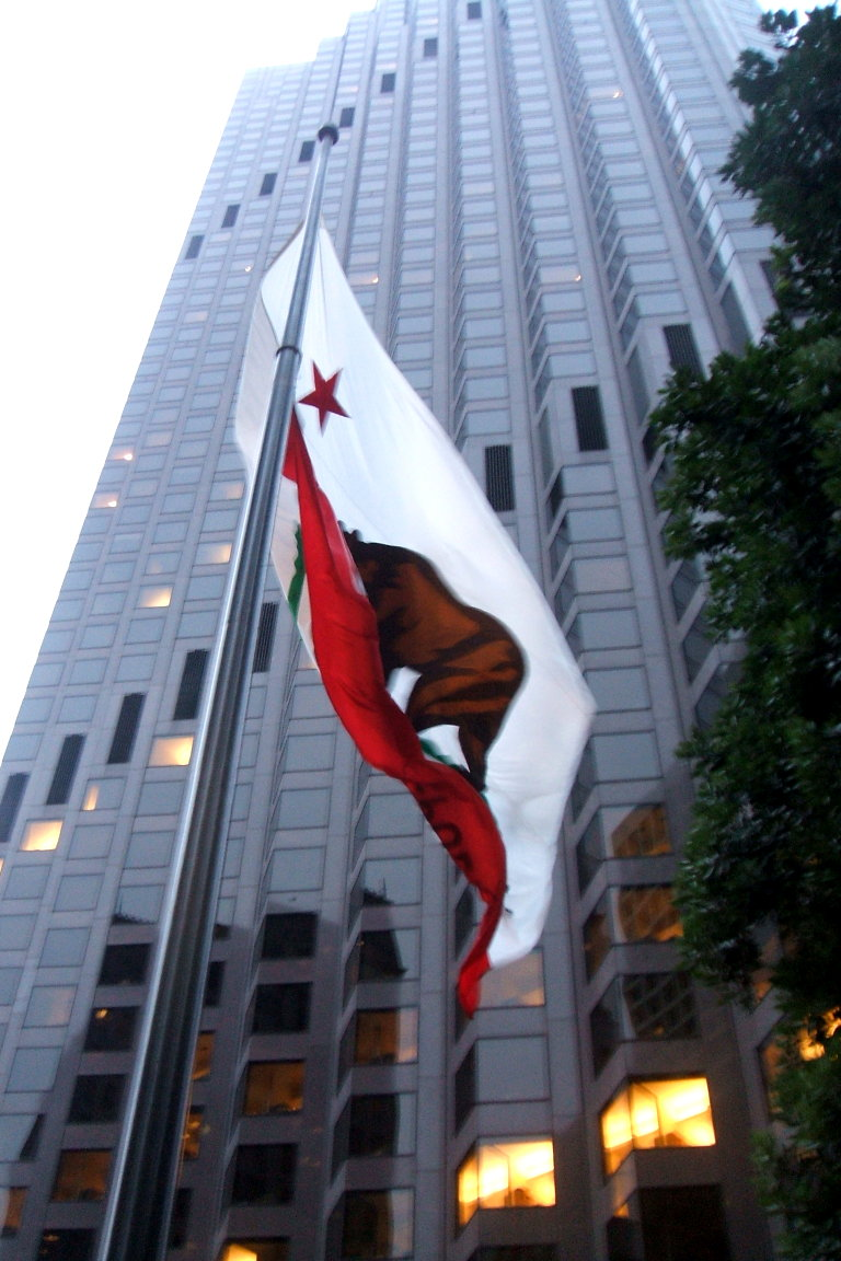 555_California_Street_with_flag