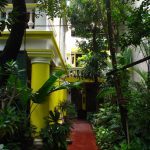 India_-_Pondicherry_-_005_-_lush_entrance_of_the_Coloniale_Guesthouse_(4179289677)